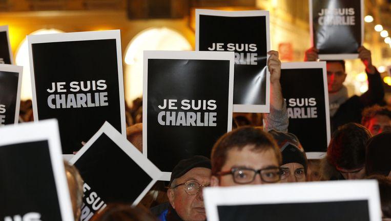 Spontaan gingen duizenden mensen de straat op om zich solidair te verklaren met de slachtoffers van de aanslag. Beeld epa