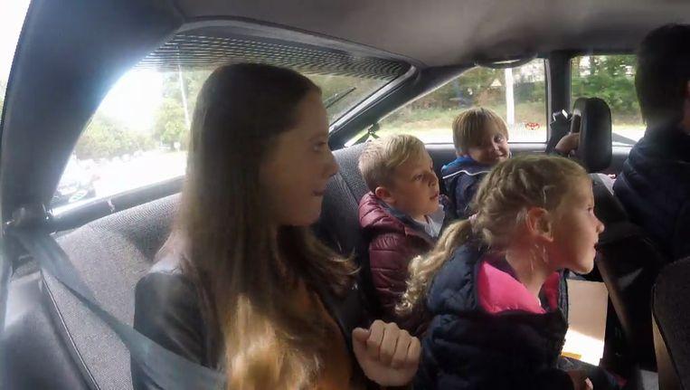 De kinderen zaten met z'n vieren op de achterbank.