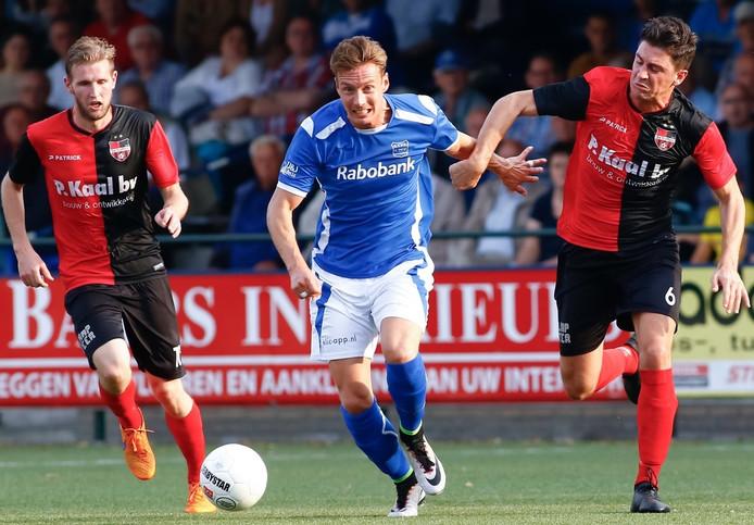 De Treffers-middenvelder Twan Smits (rechts) kan GVVV'er Robin Mulder niet bijbenen.