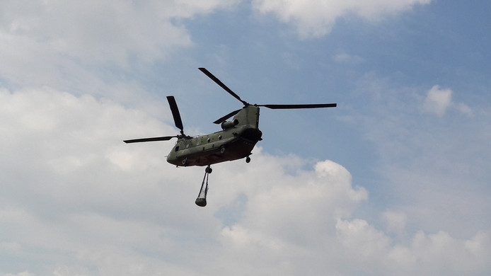 Een Chinook transporthelikopter met een lading bij vliegbasis Gilze-Rijen.