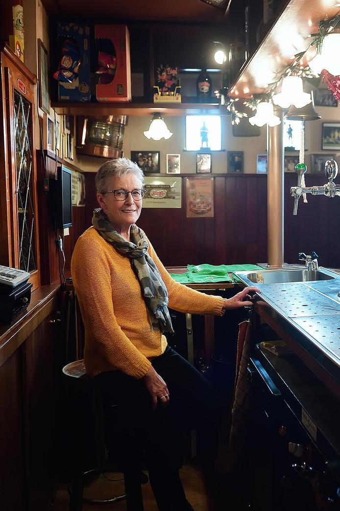 Mientje Heijnen, nog twee weken op haar vertrouwde stekkie achter de bar van Zaal Geerts.