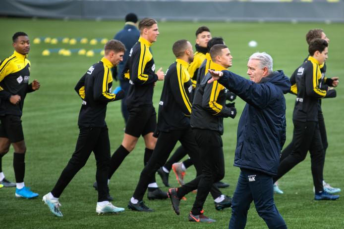 Hans de Koning leidt de training bij VVV.
