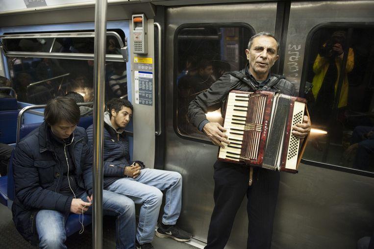 Een muzikant maakt muziek in de Parijse metro. Beeld An-Sofie Kesteleyn / De Volkskrant