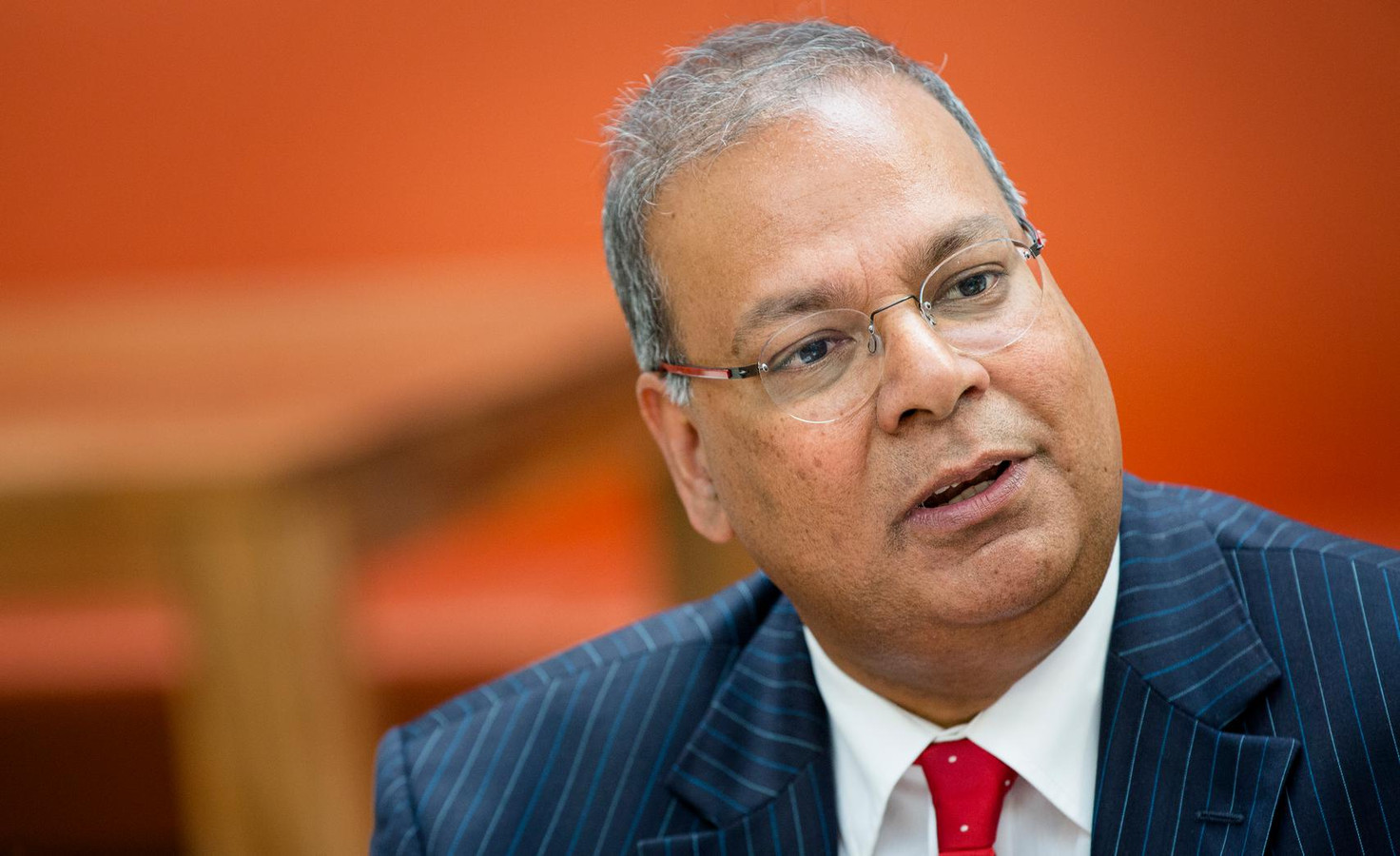 De Haagse PvdA-wethouder Baldewsingh steunt Samsom in de strijd om het lijsttrekkerschap.