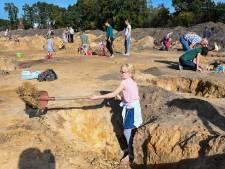 Tom en Niek hopen zwaard en kanon te vinden bij opgravingen in Putten