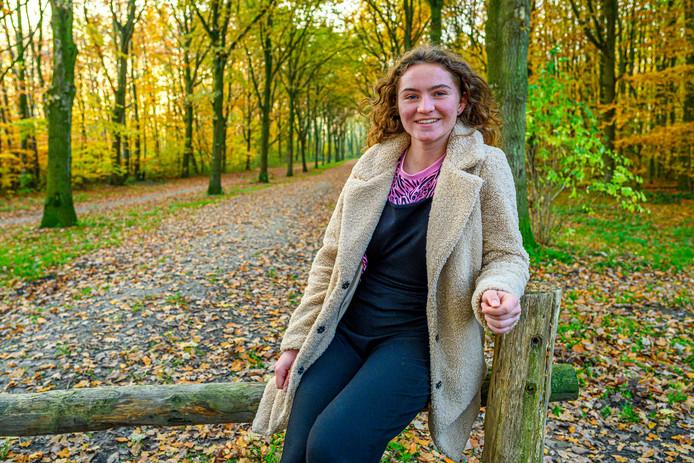 Portret van Eva Nieuwenhuijs in het bos naast haar huis. Ze komt er tot rust en fotografeert er het landschap.