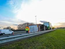 Vrachtwagen kantelt op A1 tussen Deventer en Voorst: automobilisten op de rem