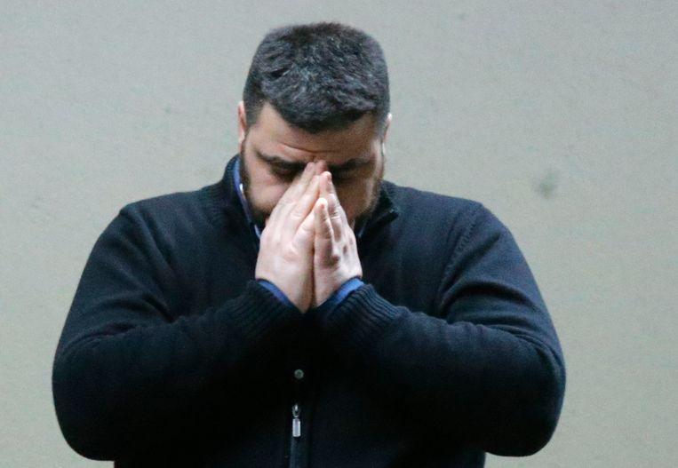 Een familielid van één van de Duitse passagiers aan boord van de rampvlucht wacht op nieuws op de luchthaven van Düsseldorf.