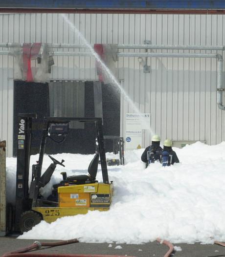 Brandweer informeert personeel over giftig schuim