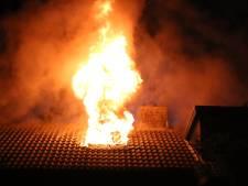 Uitslaande brand in woning in Hellevoetsluis: vuur verspreidde zich via dak