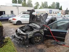 Auto in vlammen op bij garagebedrijf in Loon op Zand