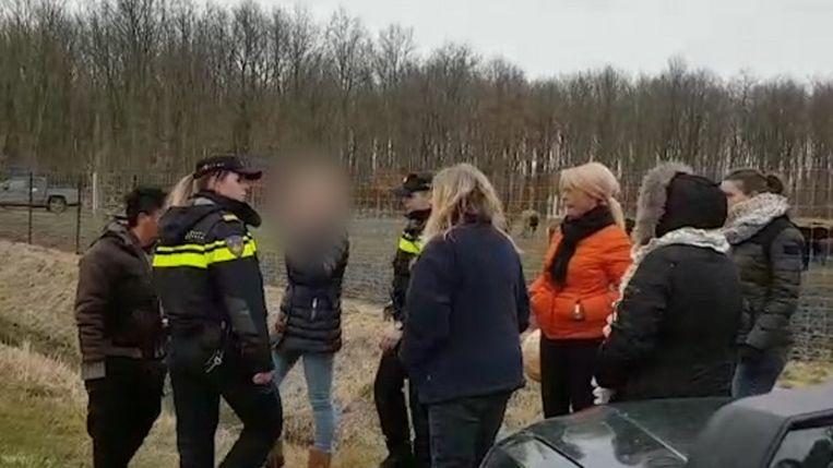 Een actievoerder wordt gearresteerd bij de Oostvaardersplassen.