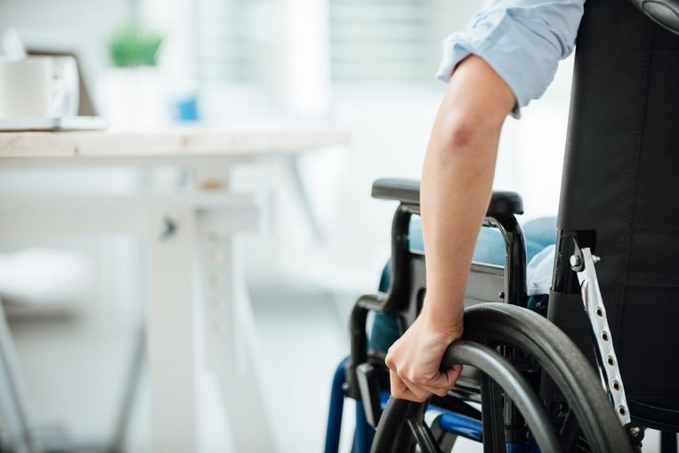 De man zit nu in een rolstoel.