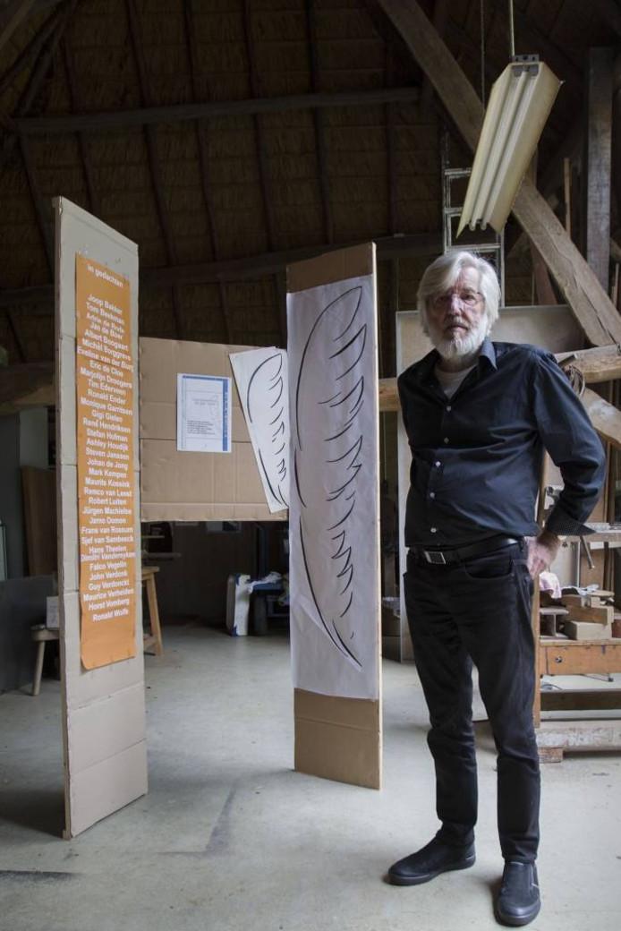 In zijn atelier maakte Hans van Eerd een kartonnen model op ware grootte. Foto Kees Martens