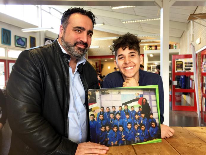 Sinan Can en Elias, die 10 jaar oud was toen hij uit zijn geboortestad Aleppo naar Nederland vluchtte. Een klassenfoto is één van de weinige dingen die hij heeft overgehouden aan zijn leven in Syrië.