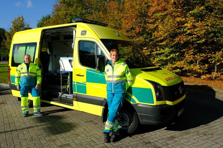 Kristin Cauwenberghs en Gerry Van Den Langenberg  bij de nieuwe ziekenwagen van AZ Klina op Campus De Mick.