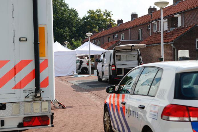 Dodelijke schietpartij in Best, politie doet onderzoek.