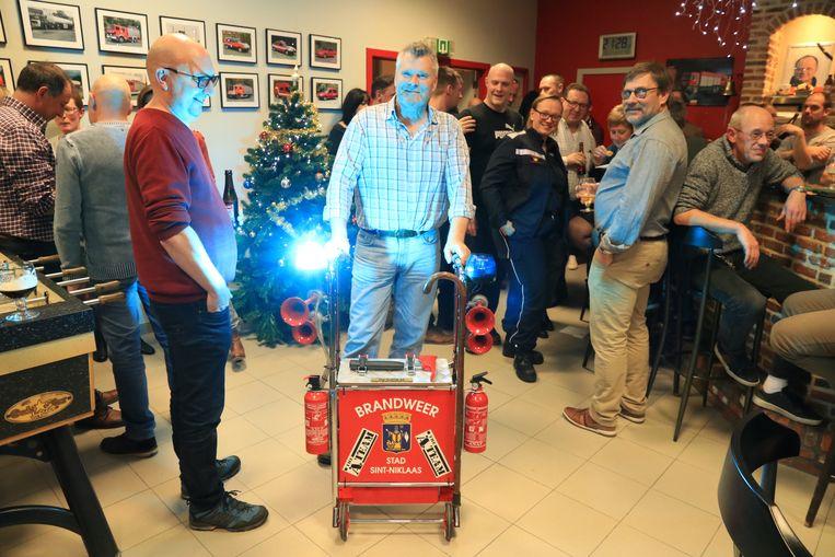 Zijn collega's deden Marc De Corte een heuse 'brandweerrollator ' cadeau.