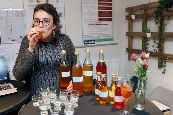 Lowieze Lenaerts neemt een slokje van haar eigen kombucha-drankje.