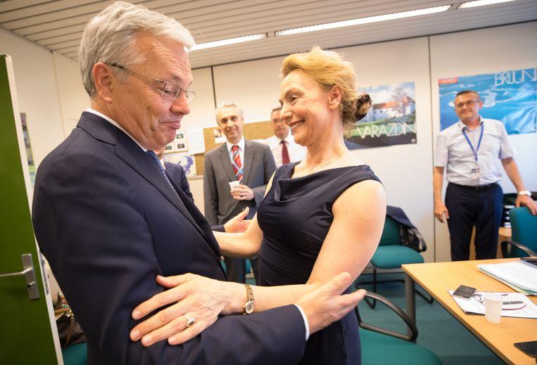 Reynders keek na de verloren stemming beteuterd toen hij zijn tegenstreefster feliciteerde.