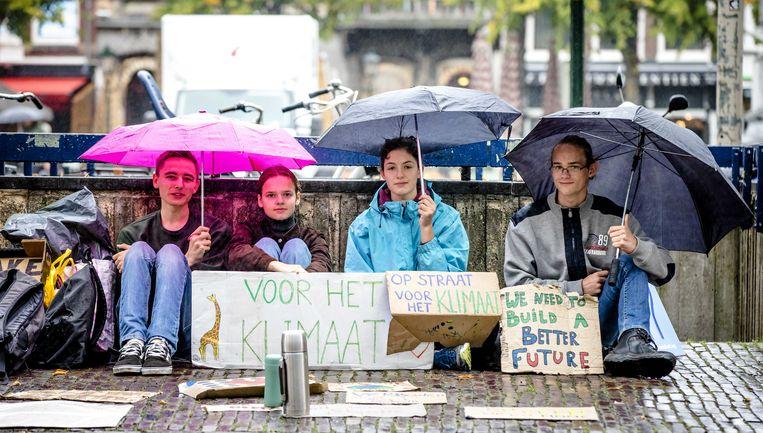 Scholieren staken in december in navolging van het Zweedse meisje Greta, voor het gebouw van de Tweede Kamer.  Beeld ANP