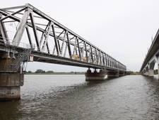 Nieuwe rails op rubber bedje is oplossing voor falende Moerdijkbrug