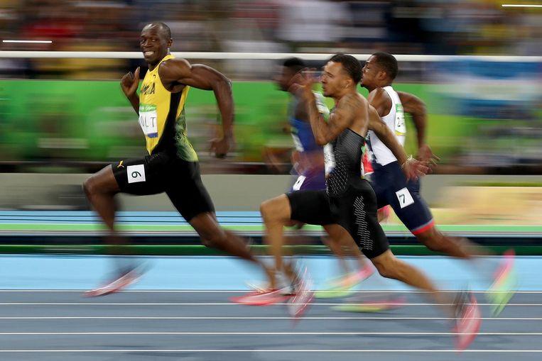 Usain Bolt snelt voor de concurrentie uit. Beeld Getty Images