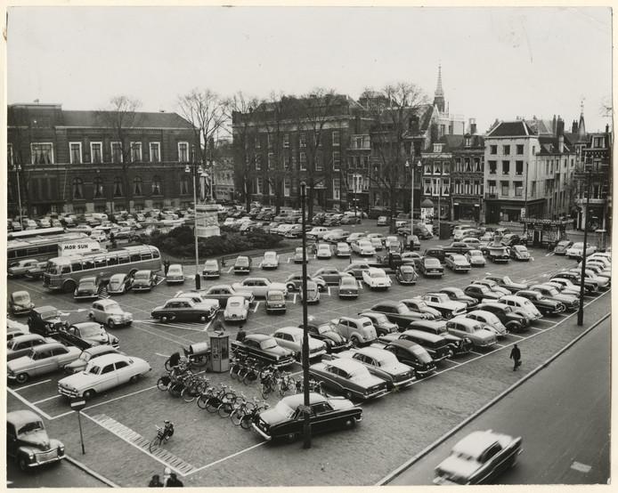 Het Plein in 1957, met rechts de kiosk.
