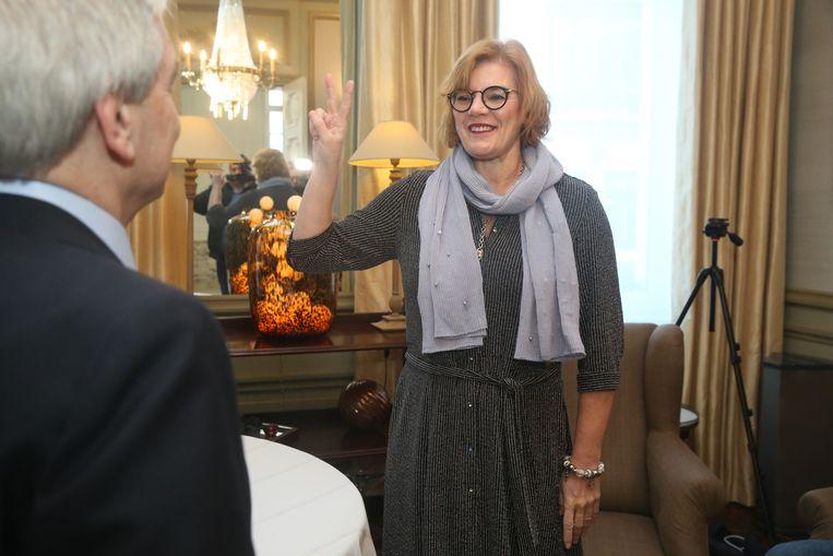Tania De Jonge legt de eed af bij waarnemend gouverneur van Oost-Vlaanderen Didier Detollenaere.