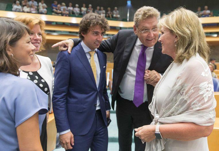 Initiatiefneemster van de donorwet Pia Dijkstra (r) mwordt gefeliciteerd door mede-Kamerleden Henk Krol (tweede van rechts), Jesse Klaver (m), Mei Li Vos (l) en Linda Voortman. Beeld anp