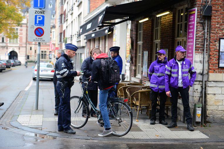 Aan de Tiensestraat laten fietsers zich vaak betrappen terwijl ze in de verkeerde richting rijden.