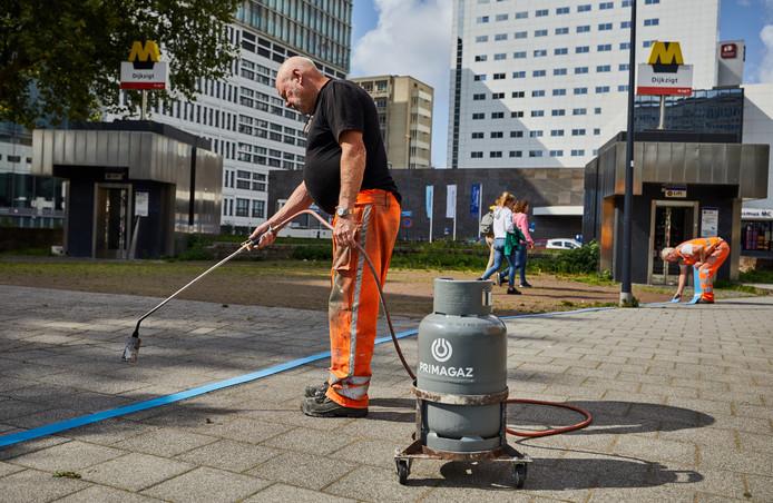 Het werk aan de eerste rookvrije zone op Rotterdamse straten is begonnen. Vandaag werden de blauwe lijnen aangebracht rond het Erasmus MC en de Hogeschool Rotterdam.