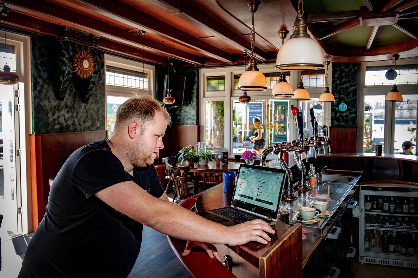 Tom Derksen, eigenaar van Café De Zon op het stadseiland Veur-Lent.
