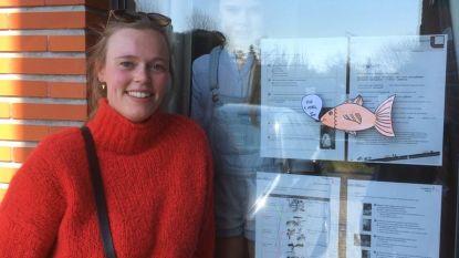 Juf Hanne van KBO Ename neemt haar leerlingen beet met een aprilvis