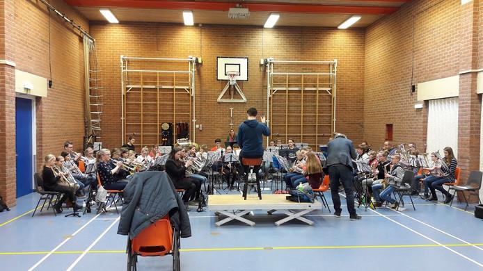 De jeugdige muzikanten oefenen in 't Duifhuis in Deil.