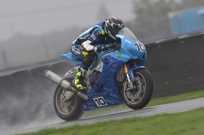 Danny van der Sluis snelt op het kletsnatte TT-circuit naar het open Nederlands kampioenschap in de SuperCup 1000.