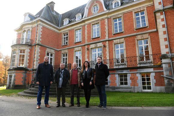 De leerlingen verhuizen tijdelijk naar kasteel De  Maurissens. Ondertussen wordt er een nieuwbouw gerealiseerd op de locatie van de oude gemeentelijke basisschool.