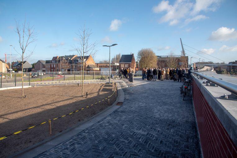 De nieuwe fiets en voetgangersbrug en het pleintje aan Kapellendries werden officieel geopend.