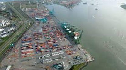 Dertig containers vallen van binnenschip in Schelde