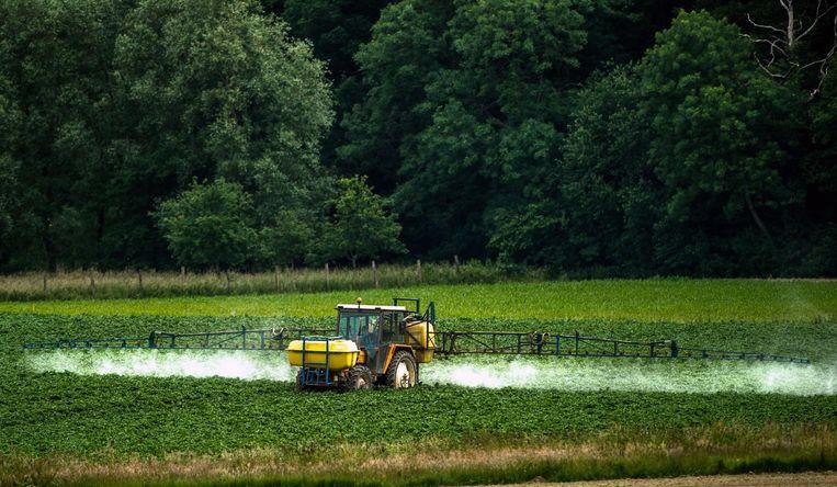 Een boer besproeit zijn akker met Roundup, een omstreden onkruidverdelgingsmiddel gemaakt door Monsanto. Beeld AFP/Getty Images