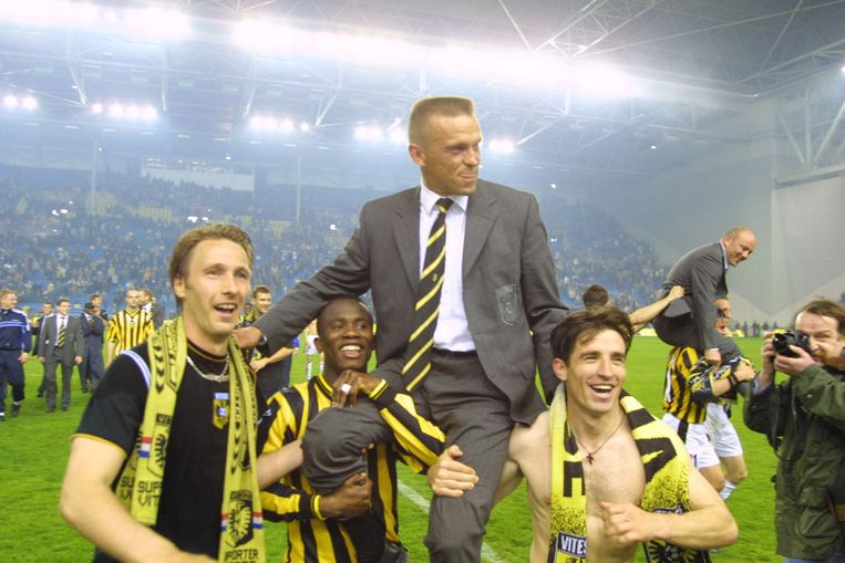 Vitesse trainer Edward Sturing op de schouders bij Matthew Amoah en Stefan Nanu na het behalen van europeesch voetbal. Beeld Toin Damen Toin Damen