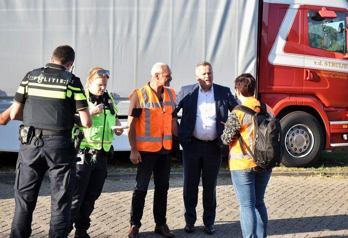 Burgemeester Mark van Stappershoef van Goirle in gesprek met de hulpdiensten.