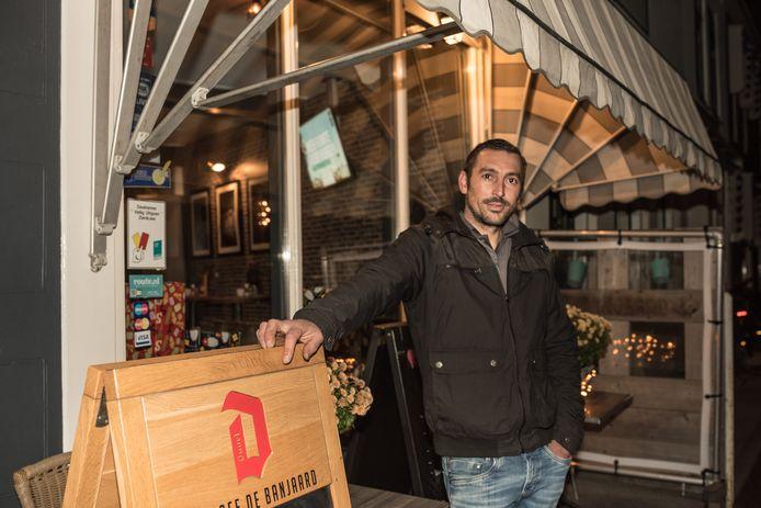 Brett van Eenige gebruikt de lockdown van stamcafé De Banjaard in Zierikzee om iedere avond aan zijn boot te bouwen.