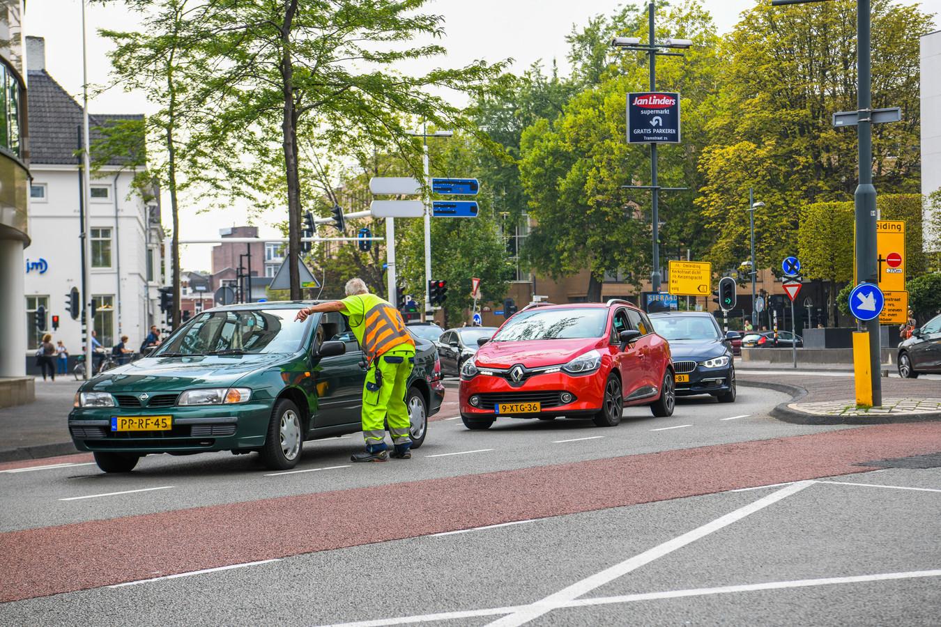 Op de hoek Kanaalstraat-Tramstraat worden automobilisten aangesproken of ze wel daar moeten zijn. Anders moeten ze omdraaien.