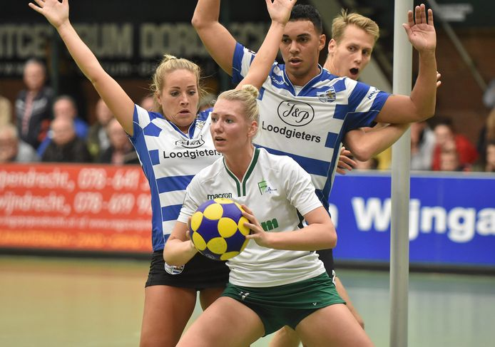 Maaike Steenbergen (met bal) is op haar besluit te stoppen bij PKC teruggekomen.