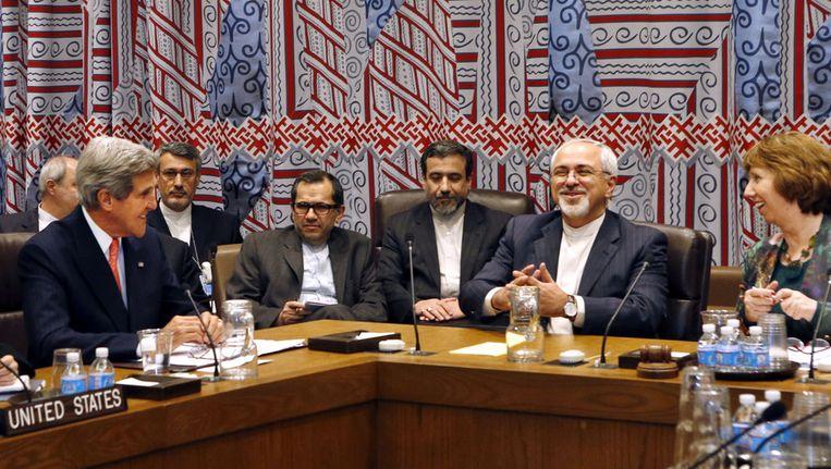 Een bijeenkomst afgelopen week bij de VN in New York tussen onder anderen de Amerikaanse minister van Buitenlandse Zaken Kerry (links), zijn Iraanse collega Zarif (rechts, met baard) en EU-buitenlandchef Catherine Ashton. Beeld ap