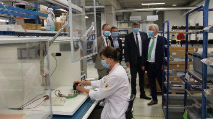 """Minister-president Jambon bezoekt Izegems telecombedrijf Televic: """"Aangenaam verrast dat ze met nieuwe producten op crisis inspelen"""""""