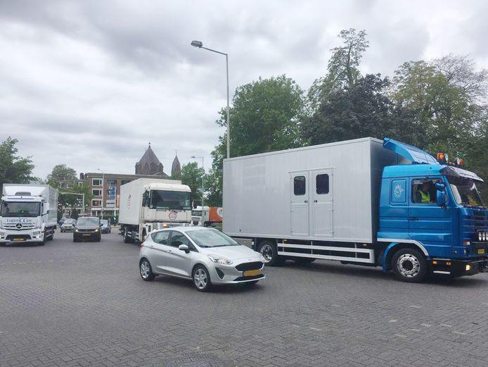 Kermisexploitanten rijden dinsdagochtend met hun vrachtwagens over het Nijmeegse Keizer Karelplein. Ze willen in gesprek met burgemeester Hubert Bruls.