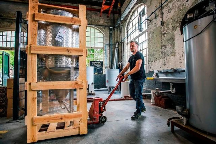 Paul Cools bezig met het inrichten van de nieuwe LOC Brewery. Foto Jeroen van Eijndhoven/BeeldWerkt