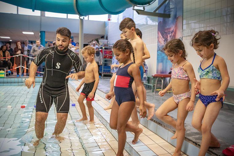 Gratis zwemles in het zwembad aan het Afrikaanderplein in Feijenoord van meester Hakki Yilmaz. Beeld Sebastiaan Nederhoed